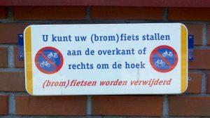 U kunt uw (brom)fiets stallen aan de overkant of rechts om de hoek. (Brom)fietsen worden verwijderd.